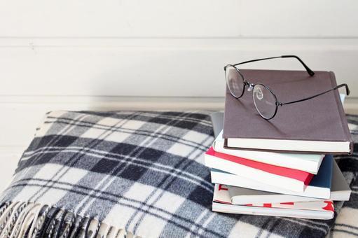 書本,眼鏡和毯子