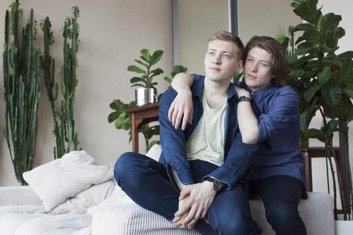 同性戀夫婦7坐在沙發扶手