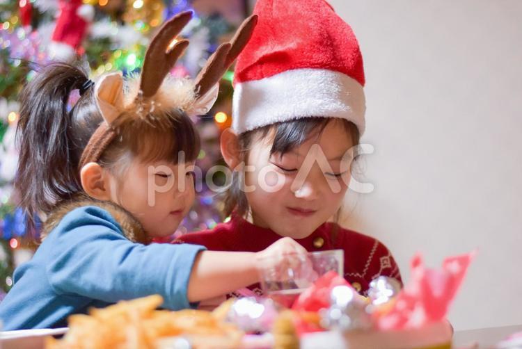 仲良く食事をする子供達の写真