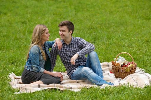 情侶擁抱1坐在毯子上