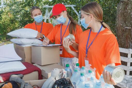 상품을 체크하는 자원 봉사자의 여성들