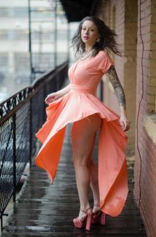女子穿着橙色连衣裙16