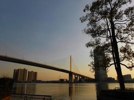 방콕 짜 오프라 야 강과 라마 9 세 다리의 황혼