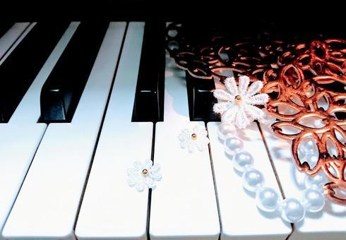 피아노 건반과 하트 진주