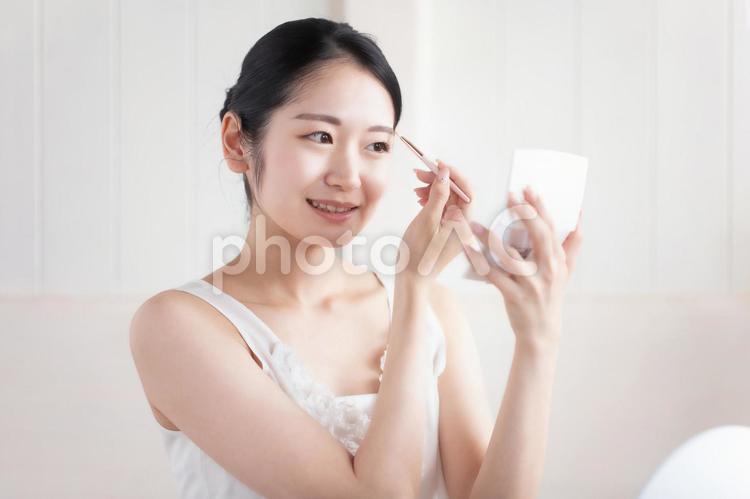 メイク・アイブロウ・眉毛を描く女性の写真