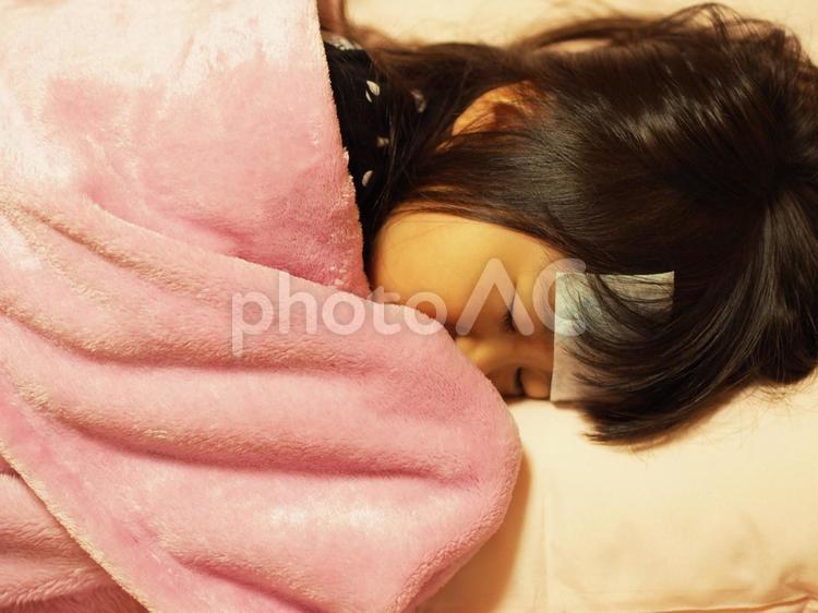 寝込む女の子1の写真