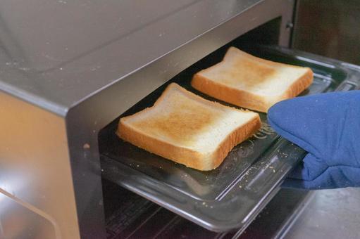 토스터에서 빵을 굽는