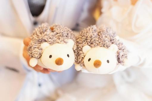 毛絨玩具和新婚夫婦