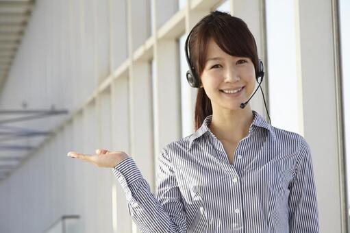 헤드셋을 안내하는 일본인 OL4