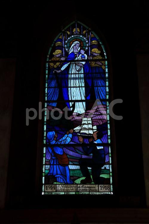聖母マリアと幼子イエスのステンドグラスの写真