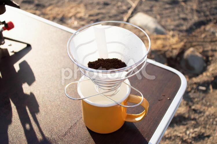 キャンプでコーヒーの写真