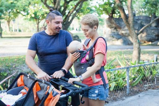 父母4推婴儿车在动物园