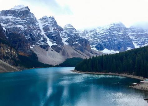 캐나다 록키 산맥의 모레 인 호수