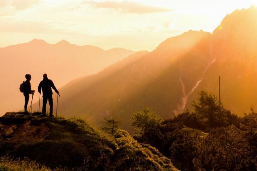 Men and women making treks in the morning sun 4