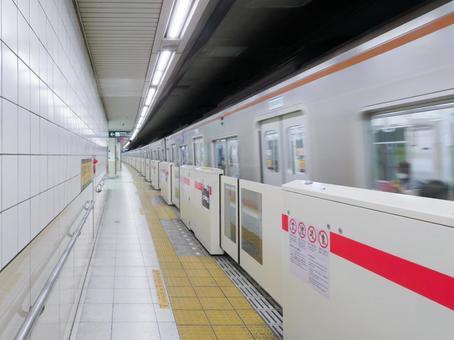 역을 통과하는 기차