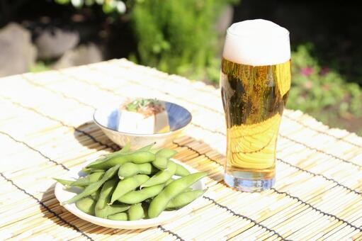 Boiled green soybeans, chilled guys and beer 4