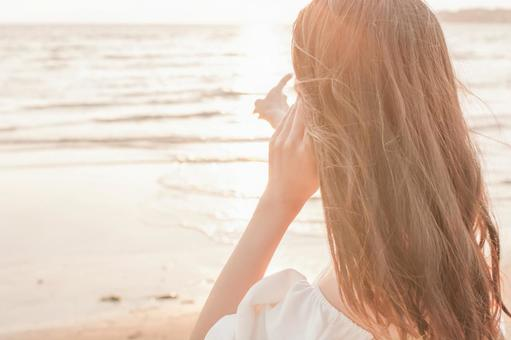 바다를 바라 보는 여성의 뒷모습