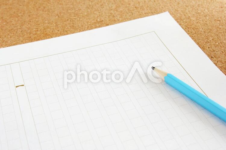 原稿用紙と鉛筆の写真