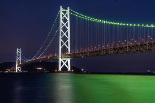 녹색에 라이트 업되는 아카시 해협 대교