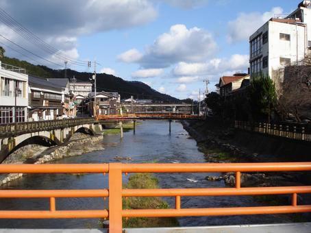 붉은 다리와 강 및 거리