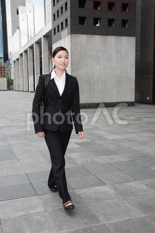 歩くビジネスウーマン1の写真