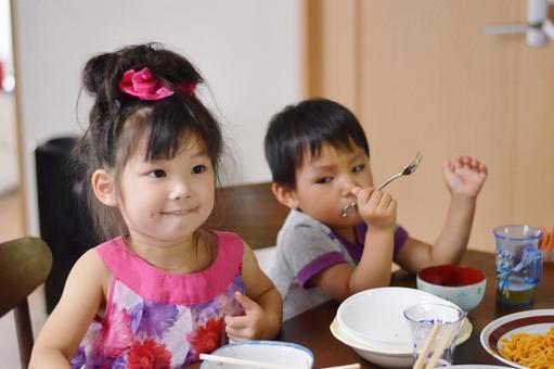 食事中の子供達