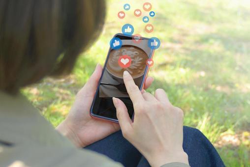 一個在智能手機上溝通的女人