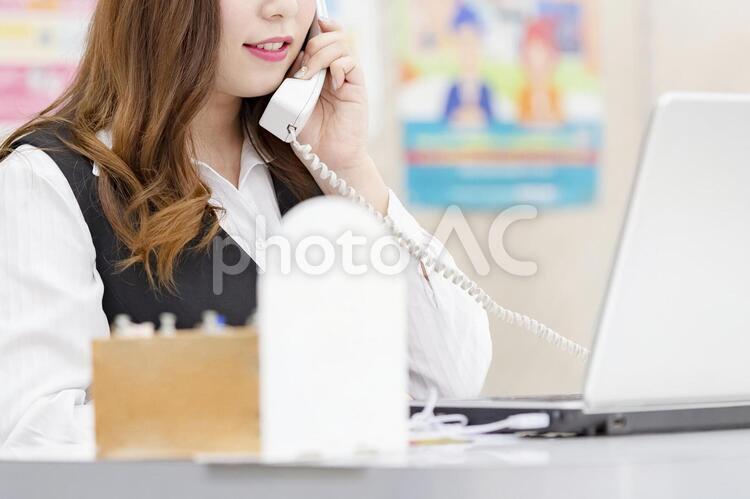 電話をする女性の写真