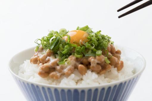 낫토 밥 파 메추라기의 달걀 젓가락 흰색 배경