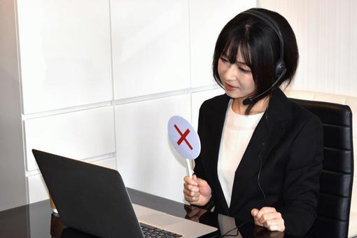 A woman who gives an incorrect answer to a computer (×)