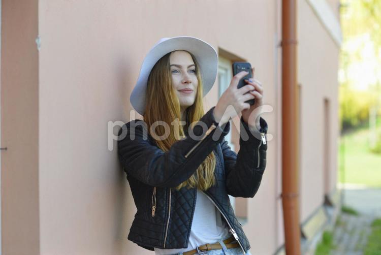 スマホで撮影する女性8の写真