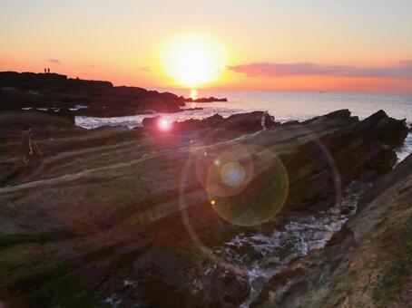 가나가와 현 미우라 반도 조가 섬 니시 자키의 바닷가 서쪽 바다에 가라 앉는 태양