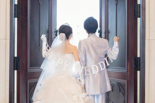 帶花環的新婚夫婦