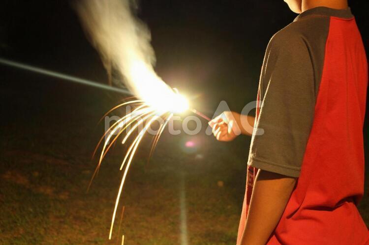 花火をする男の子の写真
