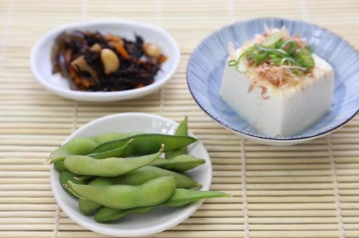 Simmered boiled green soybean, frozen fish and hijiki