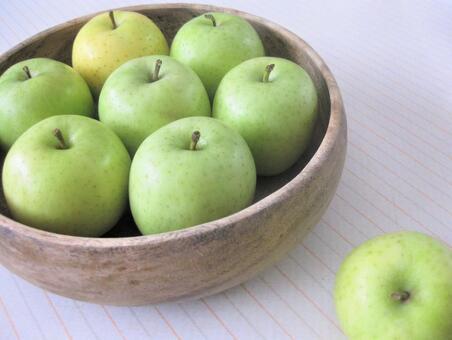 Apple on the table, Wang Lin