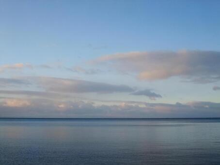 黎明前的天空和大海