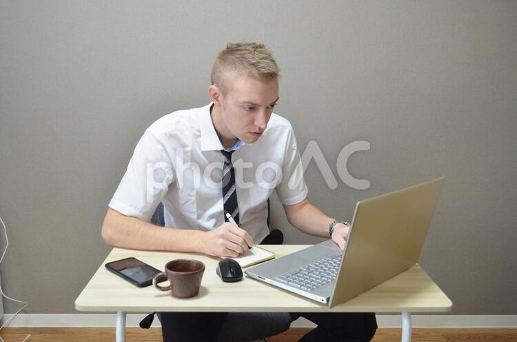 一生懸命リモートで仕事をしている男性の写真