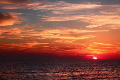The sun setting in the sea 3