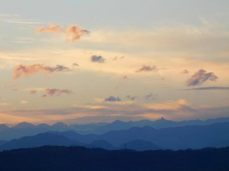 Silhouette of a series of mountains and a refreshing sunset sky_2