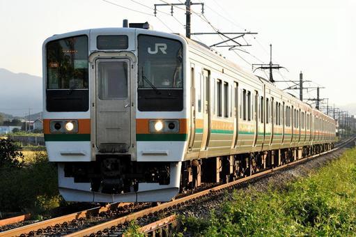 Ryomo Line 211系列火車在清晨的陽光中運行