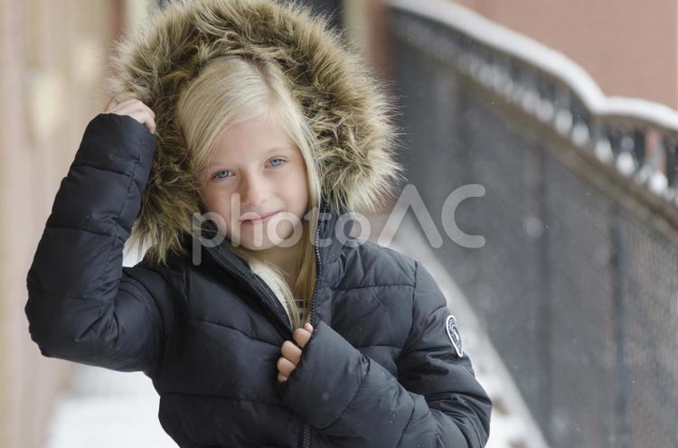 コートを着た外国人の少女 屋外10の写真