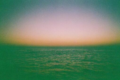 太陽出來之前的大海