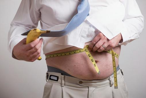허리를 측정하는 직장인 남성 2