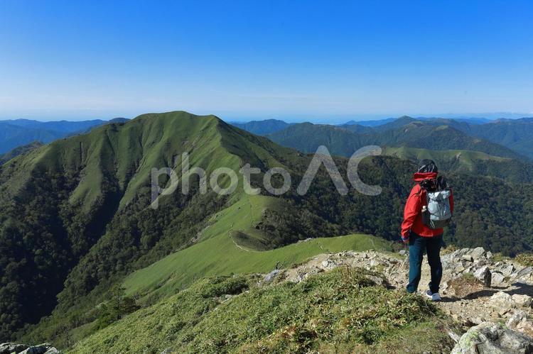 稜線歩きに挑む登山者の写真