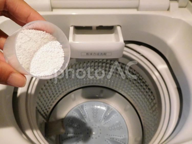 粉末洗剤を洗濯機に入れる(お洗濯・槽洗浄)の写真