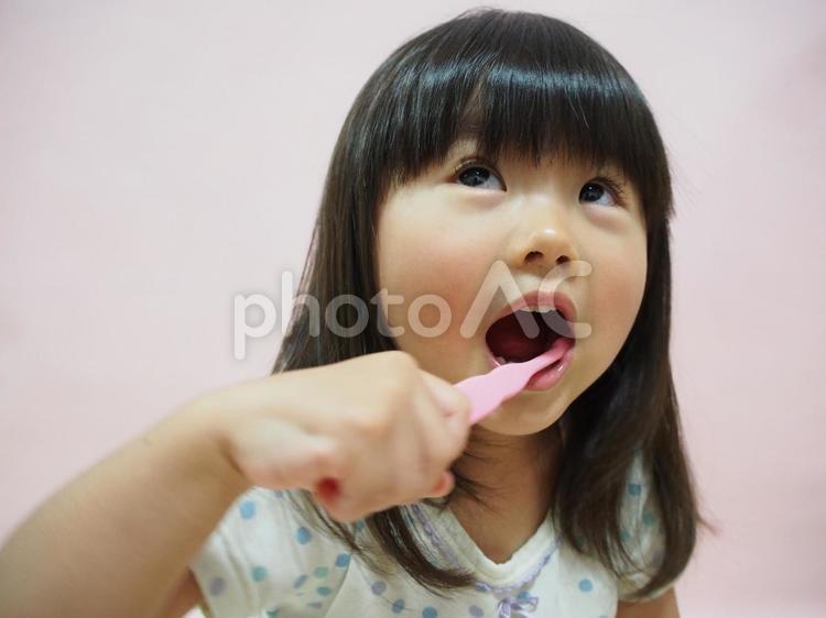 歯磨きをする女の子4の写真