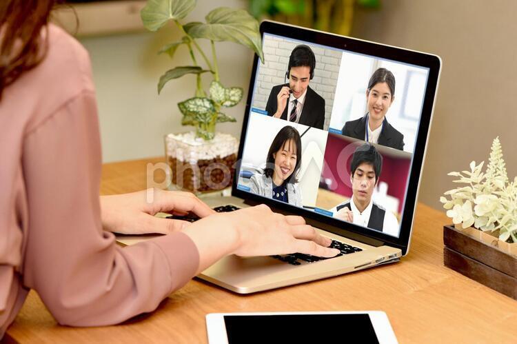 ビデオ通話をする社会人の写真