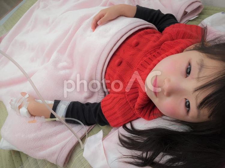 点滴をする子供の写真