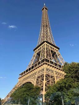 에펠 탑의 기슭에서